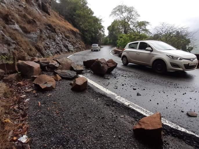 The type of rift sloping at Amboli Ghat | आंबोली घाटात ठिकठिकाणी दरड कोसळण्याचे प्रकार