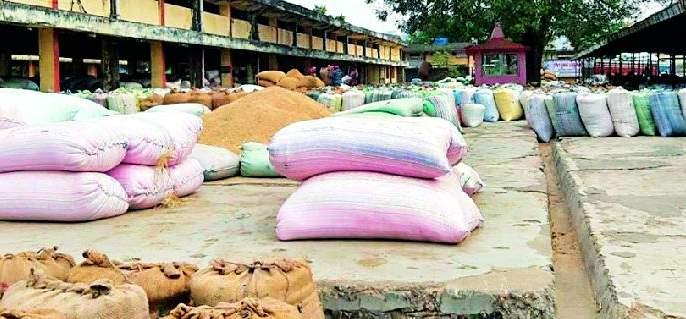 Thousands of paddy sacks opened in the committee yard | समिती यार्डात हजारो धान पोती उघड्यावर