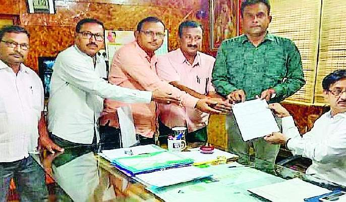 Refusal to accept charge of village service | ग्रामसेवकांचा कारभार स्वीकारण्यास नकार