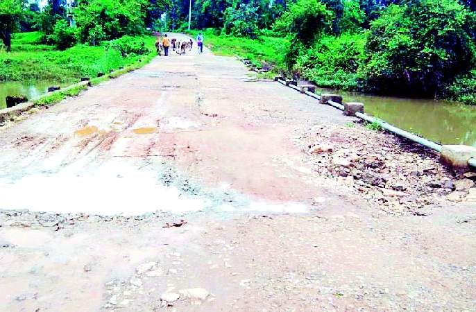 Bridge over Ghategaon road dangerous | घटेगाव मार्गावरील पूल धोकादायक