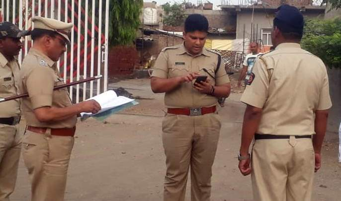 Inspection by the Superintendent of polling station | मतदान केंद्राची पोलीस अधीक्षकांकडून पाहणी