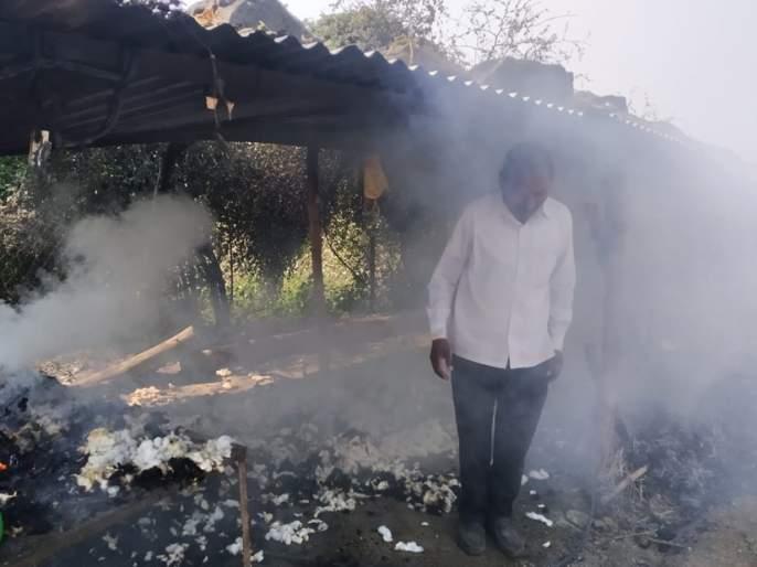 Millions of materials burned in a freezer | गोठ्यातील लाखोंचे साहित्य जळून खाक