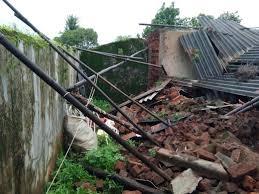 Heavy rains cause houses to collapse, demand damages | अतिवृष्टीमुळे घरांची पडझड, नुकसानभरपाईची मागणी