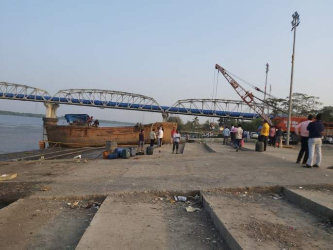 Mumbra - Shocking action on illegal sand mining in Diva Bay; बा Break barge with suction pump | मुंब्रा - दिवा खाडीतील अवैध रेती उत्खननवर धडक कारवाई; १६ सक्शनपंपसह बार्जतोडल्या