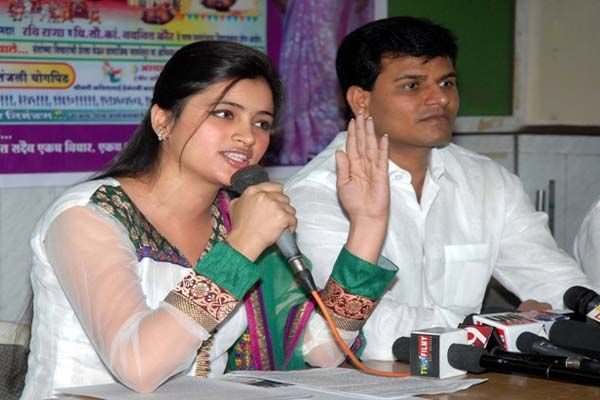 Notice of High Court to Navneet Rana, Ravi Rana | नवनीत राणा, रवी राणा यांना हायकोर्टाची नोटीस