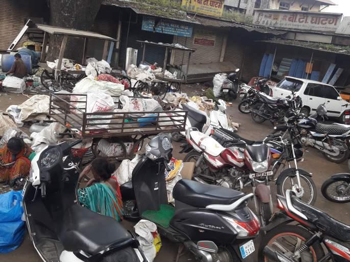 The chicken market became a wreckage market, the commercial complex project was stopped | कोंबडी बाजार बनला भंगार बाजार, व्यापारी संकुलाचा प्रकल्प रखडला