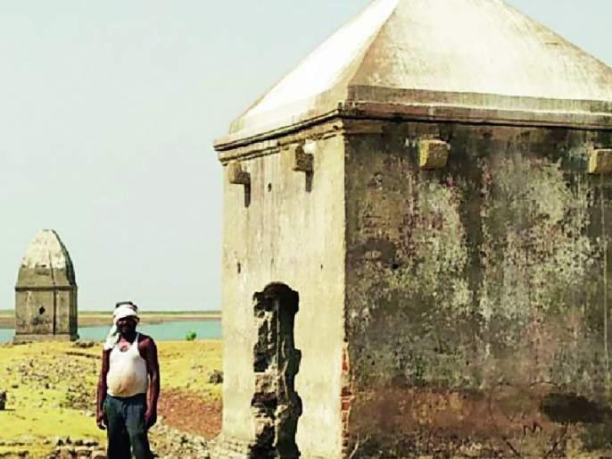 Upstairs Wardha bottom; The village, open the ruins of the temple | ऊर्ध्व वर्धा तळाला; गाव, मंदिराचे अवशेष उघडे