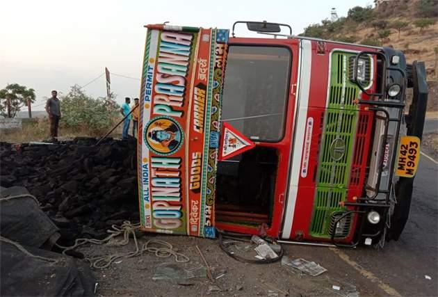 Four injured in truck overturn in Sautada Ghat | सौताडा घाटात ट्रक उलटून चौघे जखमी