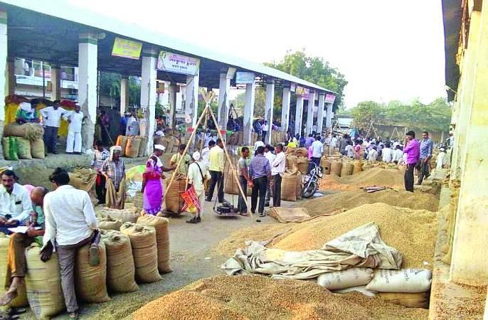 Agriculture yields get Lower prices than guaranteed; Farmers worried | शेतमालाला हमीभावापेक्षाही कमी भाव; शेतकरी ंिचंतातूर