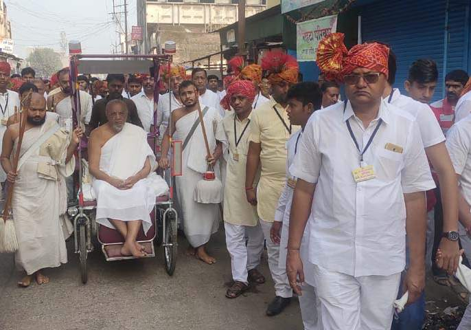 Jain society attracts attention in martyrdom | शहाद्यात जैन समाजातर्फे शोभायात्रेने वेधले लक्ष
