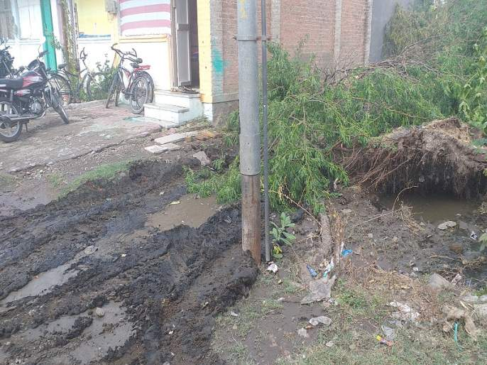 Poor houses, muddy roads, tumbling gutters: the deterioration of the police colony | पडकी घरे, चिखलमय रस्ते, तुंबलेल्या गटारी : पोलीस कॉलनीची दुरवस्था