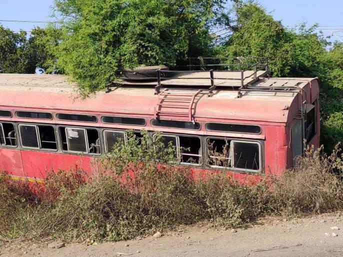 In Chalisgaon taluka, a bus broke down near Hirapur in a cramped pit   चाळीसगाव तालुक्यात हिरापूर जवळ स्टेरिंग तुटून बस कोसळली खड्ड्यात