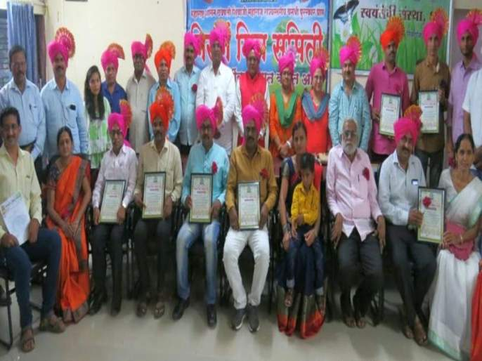 Honor of those who have contributed to the pollution free Diwali initiative in Dhule   धुळ्यात प्रदूषणमुक्त दिवाळी उपक्रमात योगदान देणाऱ्यांचा सत्कार