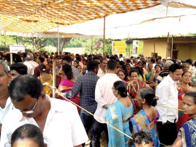 Thousands of devotees bow down to Mauli Chari for a show | माऊली चरणी हजारो भाविक नतमस्तक, दर्शनासाठी गर्दी