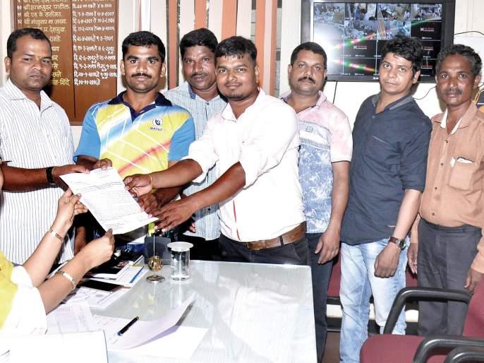 Sindhudurg: Stop the sand trade in Kasarda, request to the Principal   सिंधुदुर्ग:कासार्डेतील वाळू व्यवसाय बंद करा, प्रांताधिकाऱ्यांना निवेदन
