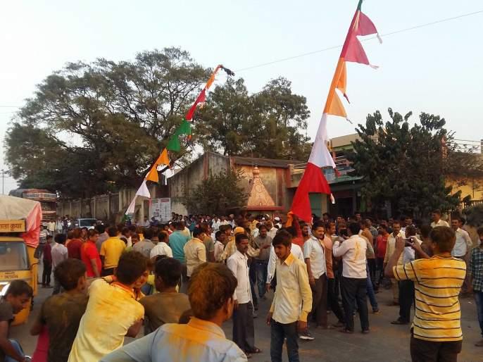 Bamahanavade khandarera devotees pulled out 12 cars! | ब्राम्हणवाडेत खंडेराव भक्तांनी ओढल्या बारा गाड्या !