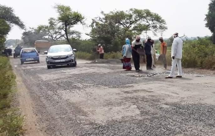 Solapur-Barshi road was finally repaired following the story of 'Lokmat' | 'लोकमत' च्या वृत्तानंतर अखेर सोलापूर-बार्शी रस्त्याची दुरुस्ती झाली सुरू