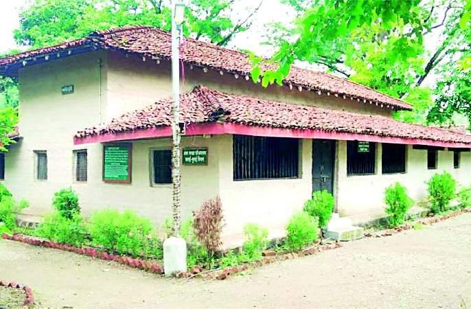 Mahadevbhai Desai has become the shadow of Bapu | महादेवभाई देसाई बनलेय बापूंची सावली