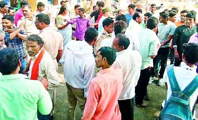 The farmers hit the Ner police station   शेतकरी नेर पोलीस ठाण्यावर धडकले