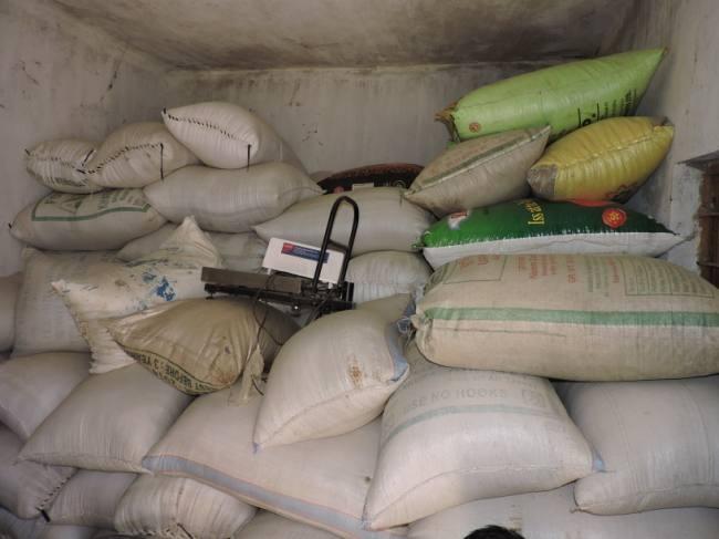 Thousands of quintals of grain stored at Kalambhe Center in Wadya | वाड्यातील कळंभे केंद्रावर हजारो क्विंटल धान्याचा साठा