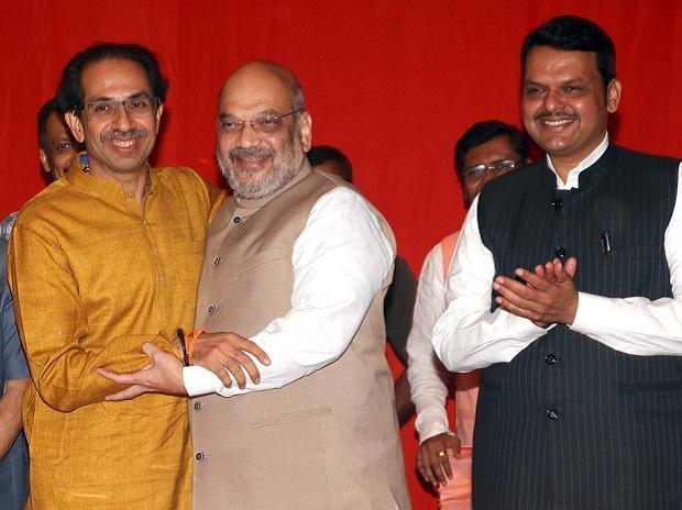 Delhi ready to leave Shiv Sena 115 to 120 seats; Alliance talks on back foot by order of Delhi | शिवसेनेला ११५ ते १२० जागा सोेडण्याची दिल्लीची तयारी; युतीची चर्चा बॅकफूटवर