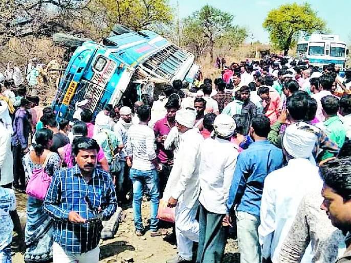 A dead, 53 passengers were injured in Anjangaon-Pilhurna bus accident   अंजनगाव-पांढुर्णा बस उलटली एक ठार, ५३ प्रवासी जखमी