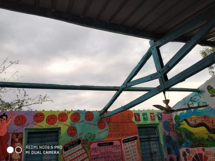Primary school papers fired due to windy wind | वादळी वाऱ्यामुळे उडाले भावडे प्राथमिक शाळेचे पत्रे