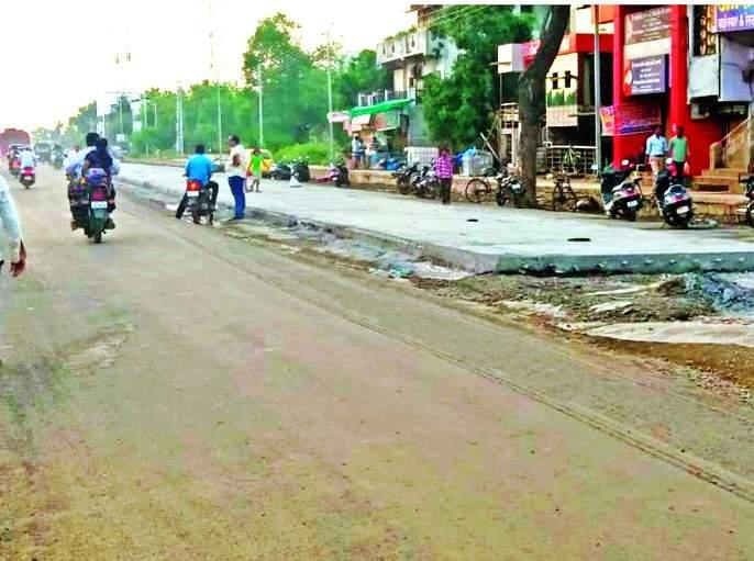 Khamgaon: Road construction without reinforcement   खामगाव: मजबूतीकरण न करता रस्ता निर्मितीचे काम