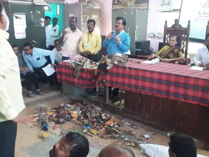 Garbage poured on officers' tables | अधिकाऱ्यांच्या टेबलवर ओतला कचरा