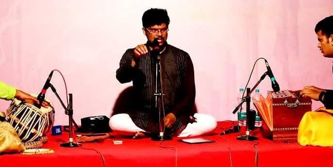 Sawantwadikar enchanted with flowing songs | बहारदार गाण्यांनी सावंतवाडीकर मंत्रमुग्ध,त्रिपुरारी पौर्णिमेनिमित्त आयोजन