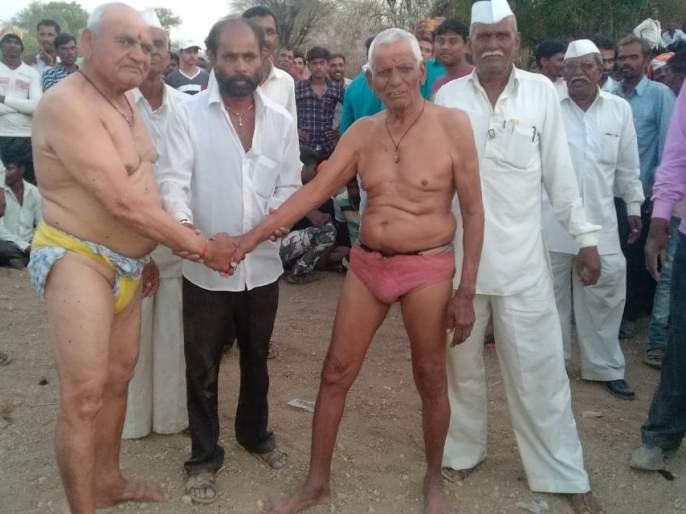 Wrestling akhada by senior wrestlers | ज्येष्ठ मल्लांनी गाजविला कुस्तीचा आखाडा