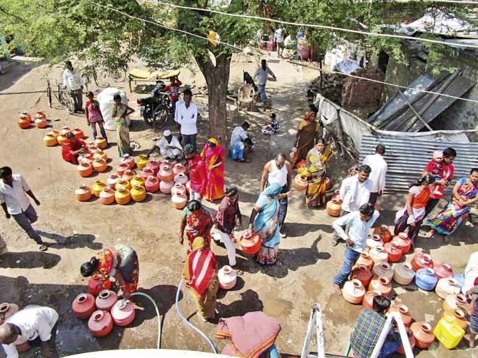 Report from the small village of Usmanabad, how water crisis and drought killing dreams. | पाणी वाहण्याची वणवण नशिबी आलेल्या मुलींच्या गावातून एक लाइव्ह रिपोर्ट: काय करता? पाणी भरतो!