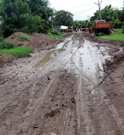 Parbhani: The road work in the gramasad scheme was stopped   परभणी : ग्रामसडक योजनेतील रस्त्याचे काम रखडले