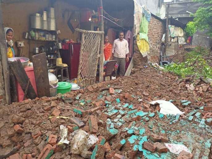 The wall collapsed due to continuous rain at Dahigaon | दहिगाव येथे सततच्या पावसाने भिंत कोसळली