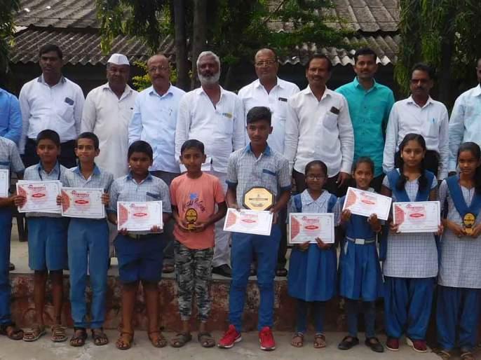 Distribution of prizes for the 'Build a fort' contest at Thangaon | ठाणगाव येथे 'किल्ले बनवा' स्पर्धेचे बक्षीस वितरण