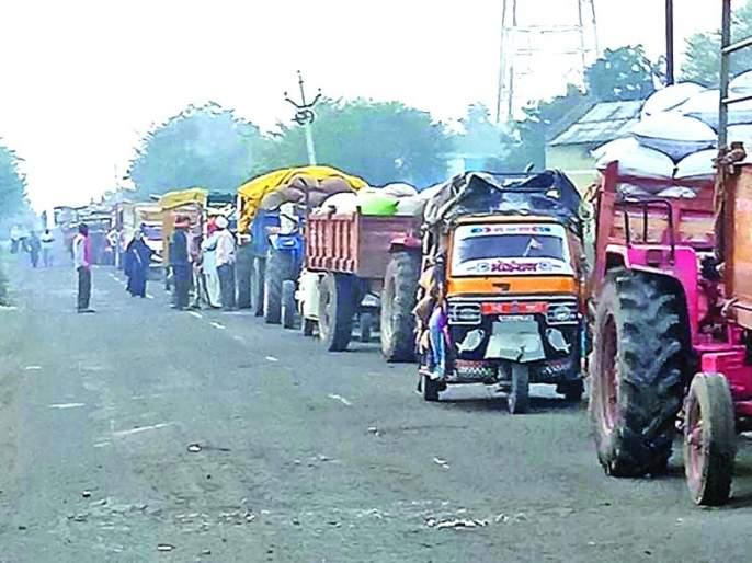 Vehicles que up to one kilometer for sale of Soybean | सोयाबीन विक्रीसाठी एक किलोमीटरपर्यंत वाहनांची रांग