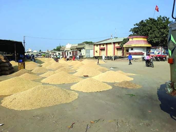 Merchants soyabean in Shelter; Farmer's Soybean on Road | व्यापाऱ्यांच्या मालाने भरले ओटे; शेतकऱ्यांचे सोयाबिन रस्त्यावर