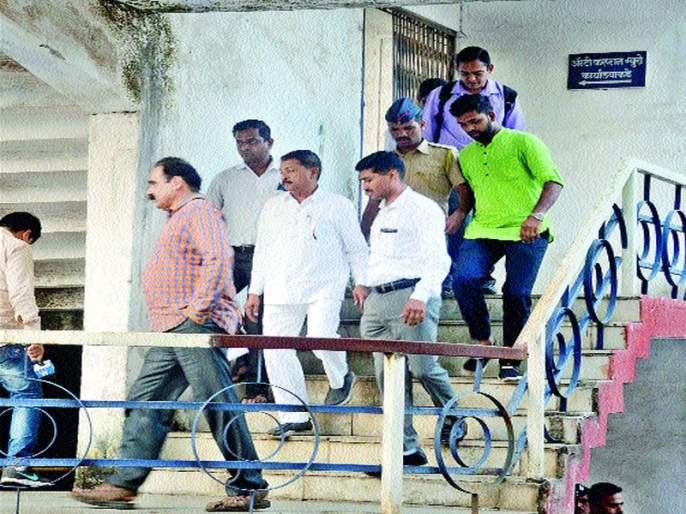 Chumbles burn in bribe of three lakhs | तीन लाखांची लाच घेताना चुंभळे जाळ्यात