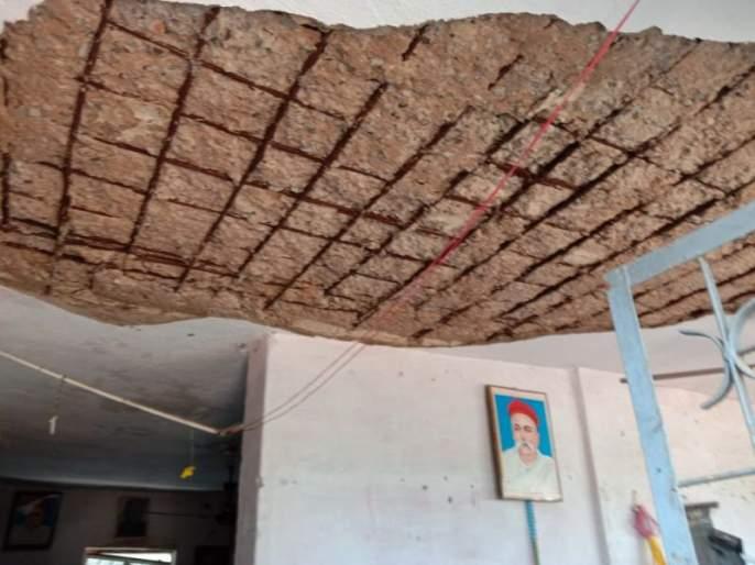 Roof of primary school in Chandrapur district collapsed; Student safe | चंद्रपूर जिल्ह्यातील प्राथमिक शाळेचे छत कोसळले; विद्यार्थी सुरक्षित