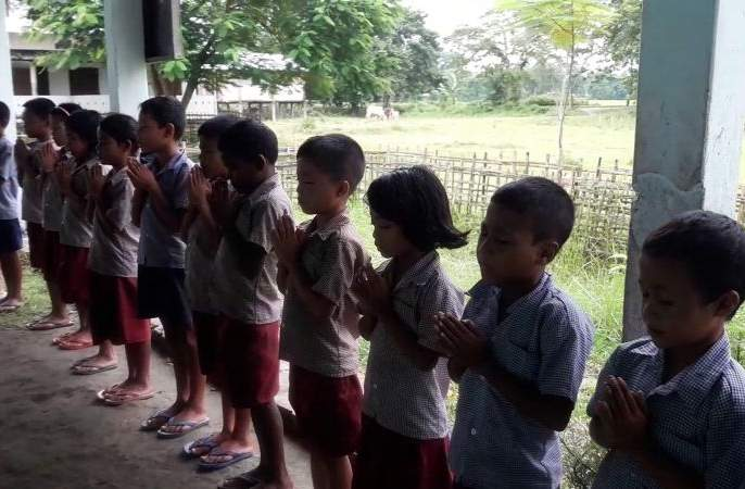 Send students from the tribal hostel to home | आदिवासी वसतिगृहातील विद्यार्थ्यांना घरी पाठवा