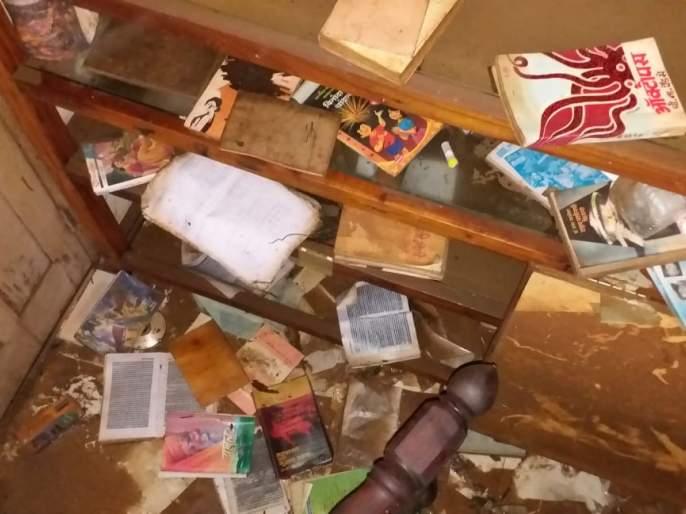 ... their life-long income swallowed up by the flood | ...त्यांची आयुष्यभराची मिळकत पूराने केली गिळंकृत, हजारो पुस्तके नष्ट