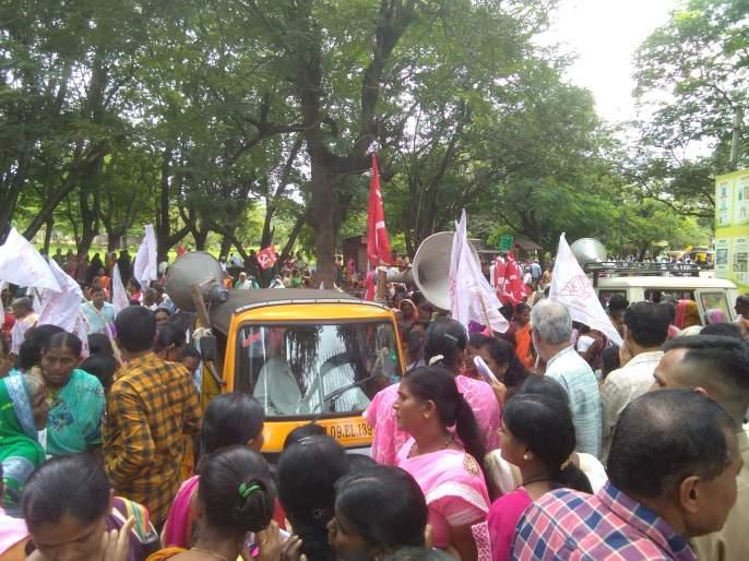 Kisan Sabha for flood victims: Striking march was held in front of the collector's office | पूरग्रस्तांसाठी किसान सभा रस्त्यावर, धडक मोर्चा, ठिय्या