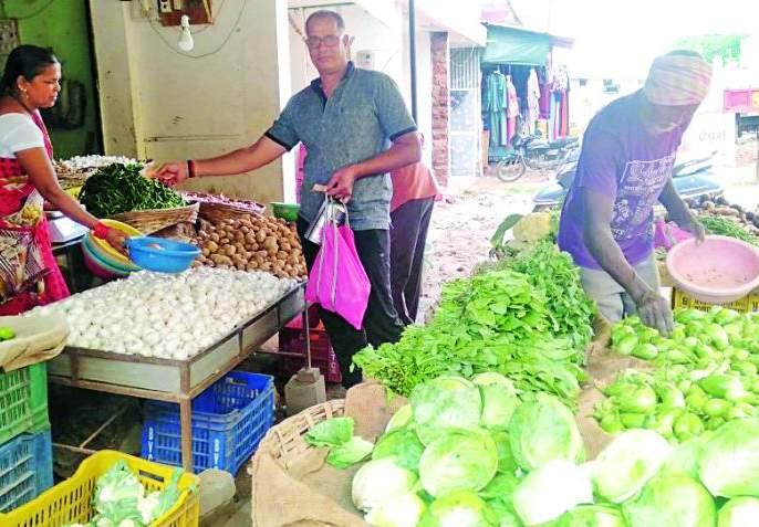 Vegetable prices shrink | भाजीपाल्याचे भाव कडाडले गृहणीचे बजेट बिघडले