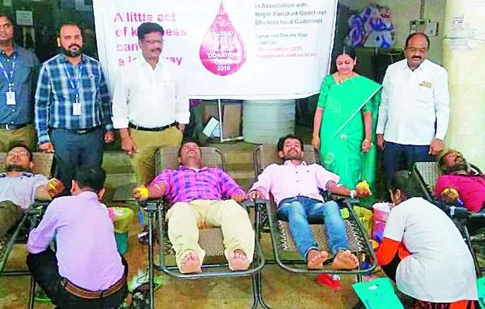 Blood donation of 16 persons including cleaning workers in the municipality camp | पालिकेच्या शिबिरात सफाई कामगारांसह १६ जणांचे रक्तदान