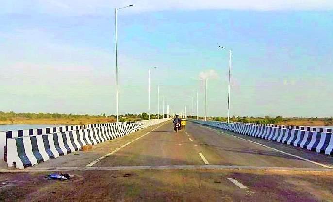 Traffic on Pranhita Bridge near Sironchari | सिरोंचाजवळील प्राणहिता पुलावरून रहदारी सुरू