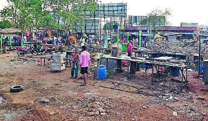 Defective Mutton Market in Gadchiroli Road   गडचिरोलीतील रस्त्यालगतचे मटन मार्केट हटविले