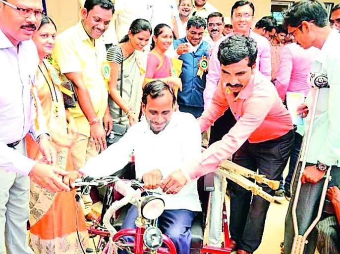 Distribution of bicycles to 112 persons with disabilities | १२२ दिव्यांगांना सायकलींचे वाटप