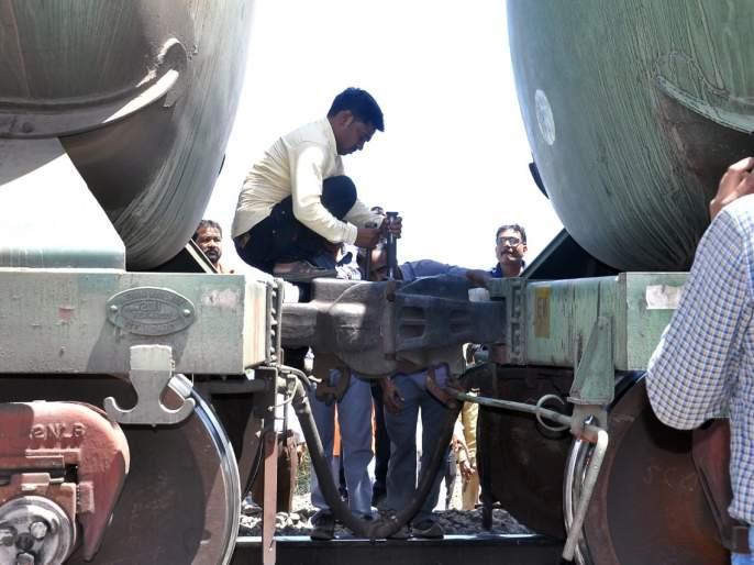 Due to the coupling of the Nandagavi cargo,   नांदगावी मालगाडीची कपलिंग तुटल्याने धावपळ