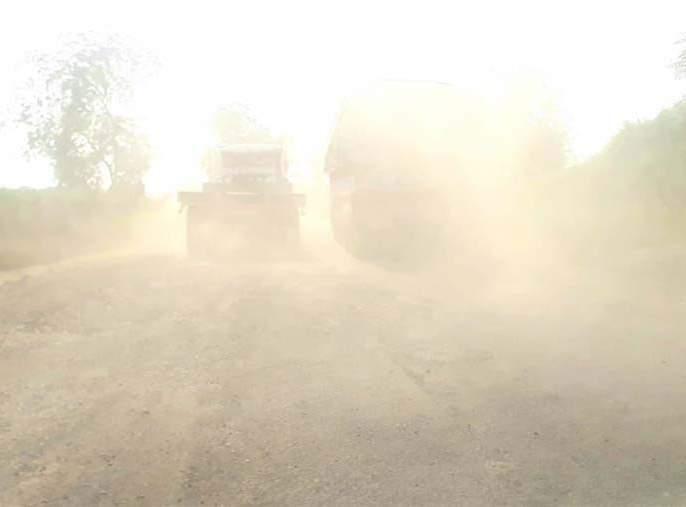 The condition of two-wheelers as the dust is blowing | धूळ उडत असल्याने दुचाकीधारकांचे हाल