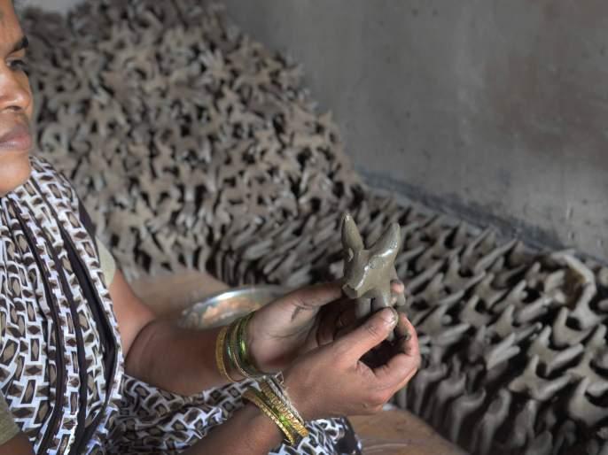 A blow to the clay makers | मातीबैल बनविणाऱ्या कारागिरांना पुराचा फटका